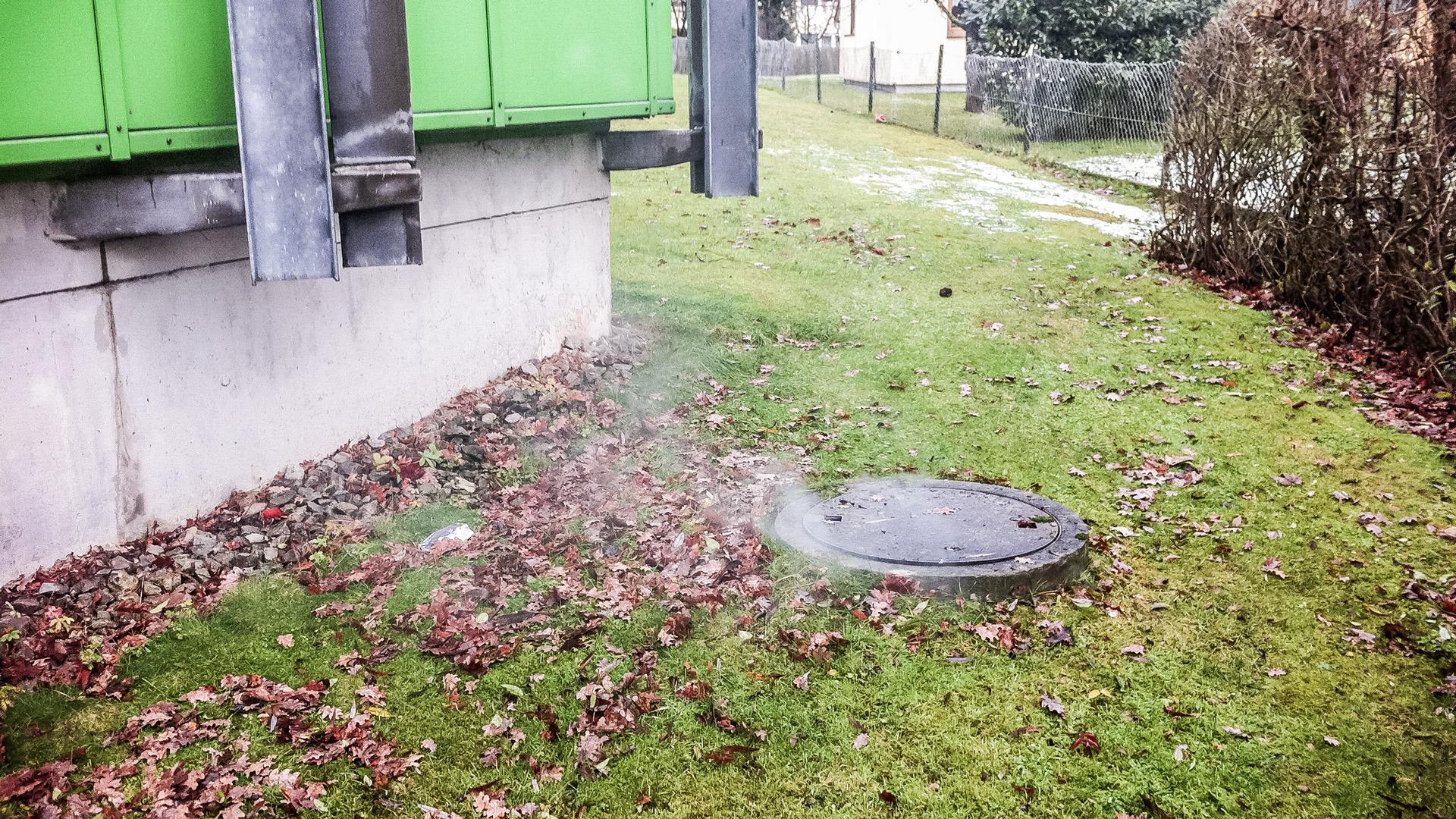 Kanaldichtheitsprüfung Nebel aus Gullideckel